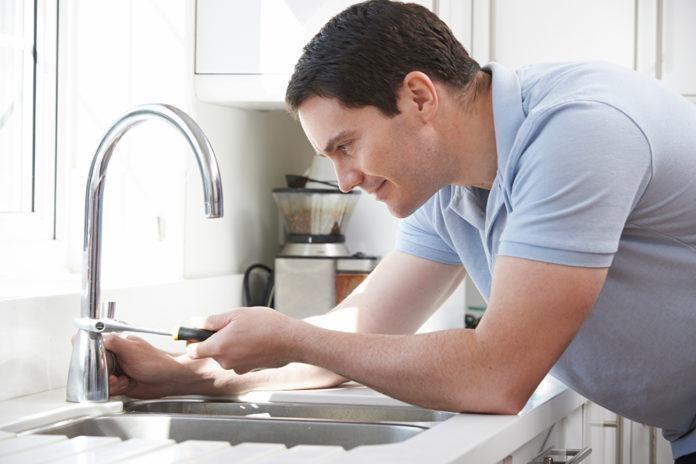 repairing leaky faucet 696x464 - چگونه شیر آبی که چکه می کند را تعمیر کنیم؟ (اهرمی و مخلوط)