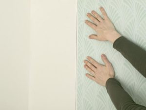 1 2 300x225 - آموزش جامع و قدم به قدم نصب کاغذ دیواری